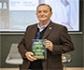 El veterinario y escritor Gonzalo Giner, firmará ejemplares de su última novela 'La bruma verde' en la Feria del Libro de Madrid